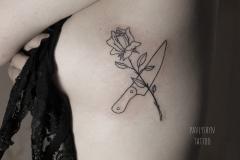 тату роза и нож