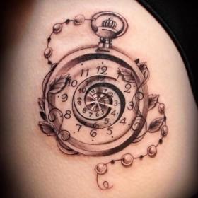 часы на бедре