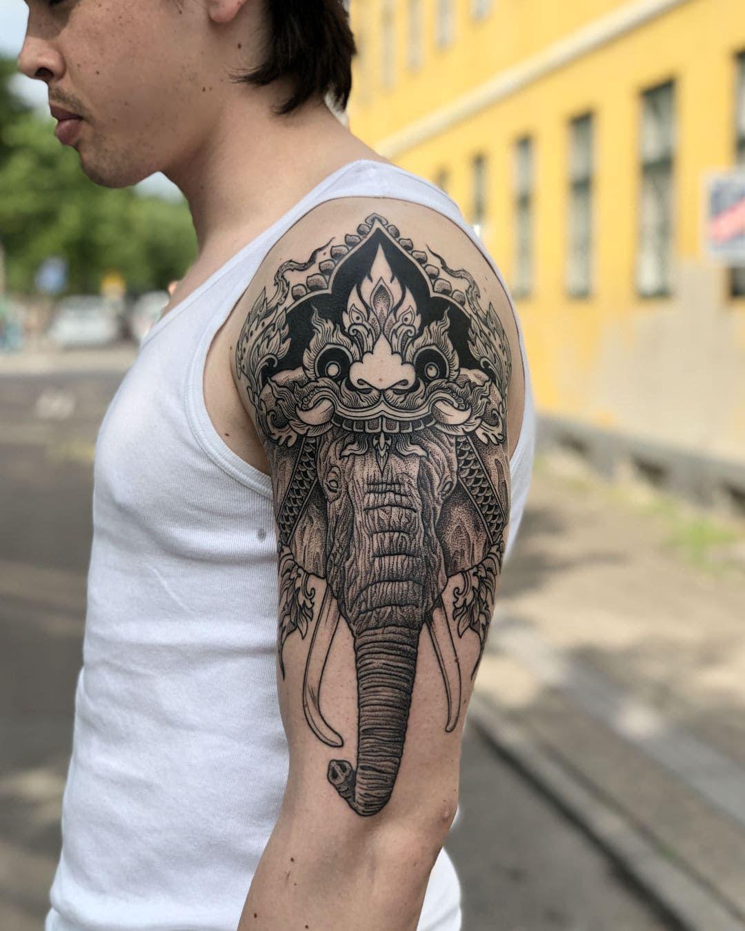 тату слона на плече
